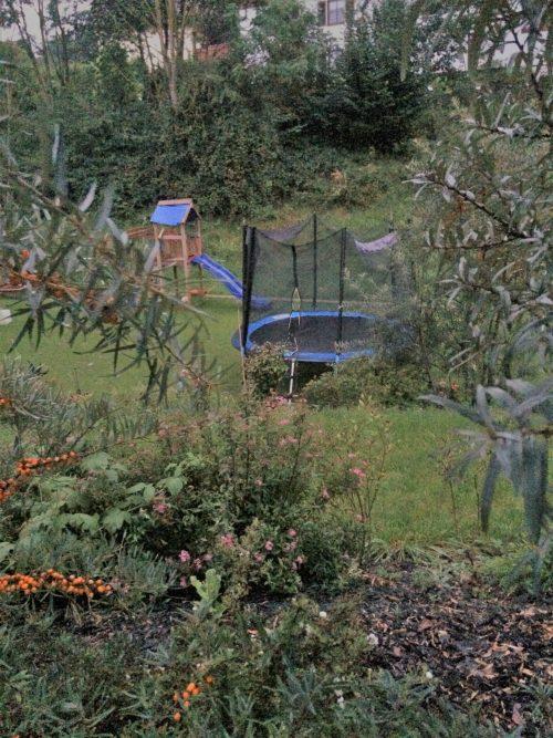 Gartentrampolin in schönem Garten