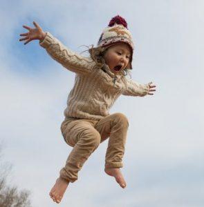 auf dem Kindertrampolin springen