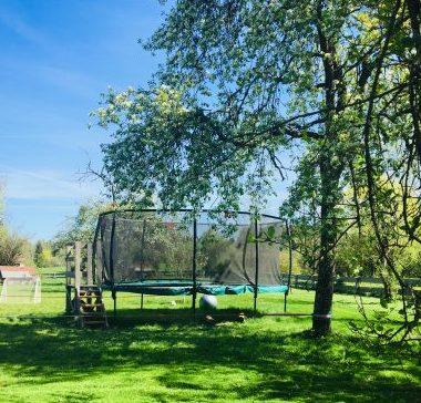 Kindertrampolin im Garten