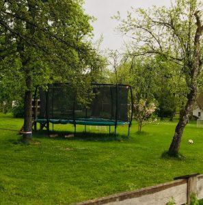 Trampolin auf Golfplatz