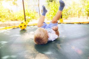 Ballspielen im Trampolin